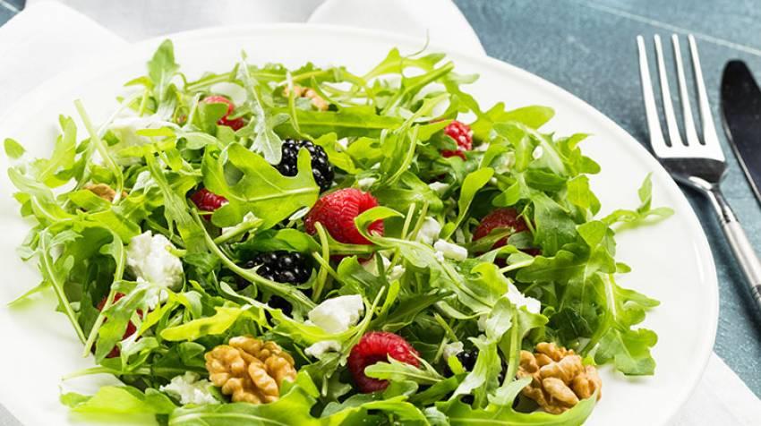 Rúcula con frambuesa, uvas y aliño de sésamo