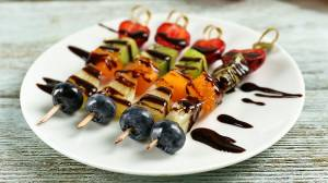 Brochetas al chocolate con frutas