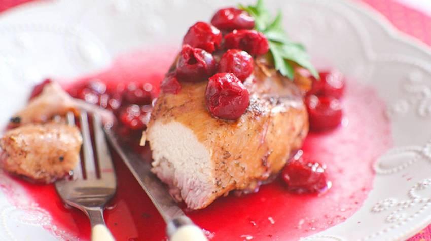 Pollo al grill en salsa de cerezas
